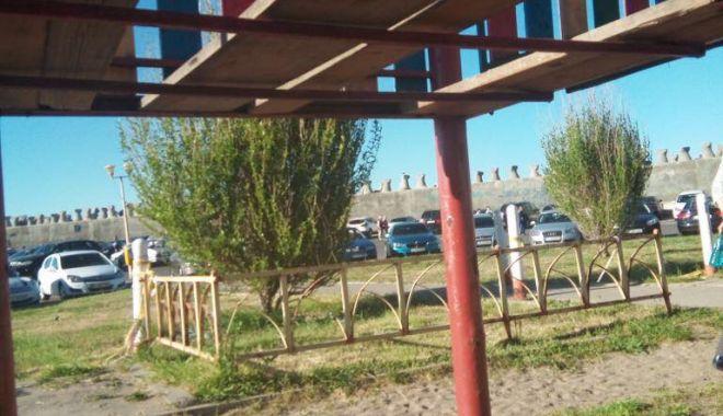 VIDEO. Încă un incident la un loc de joacă din Constanța. Copil de doi ani, căzut printre scânduri - 31963854188227919846267125855661-1525777898.jpg