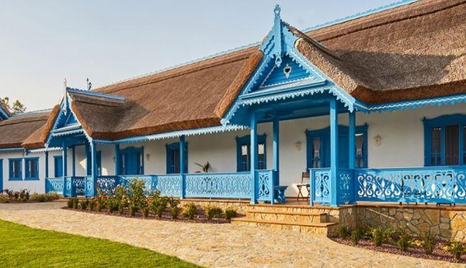 Casele din Sarichioi, punct de atracţie pentru turişti - albastruldesarichioi-1627583182.jpg