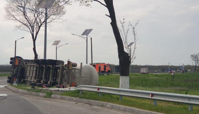 Cisternă plină cu combustibil, răsturnată în apropierea Aeroportului Mihail Kogălniceanu - cisterabuna-1619529221.jpg