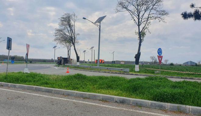 Cisternă plină cu combustibil, răsturnată în apropierea Aeroportului Mihail Kogălniceanu - cisterna14-1619531114.jpg