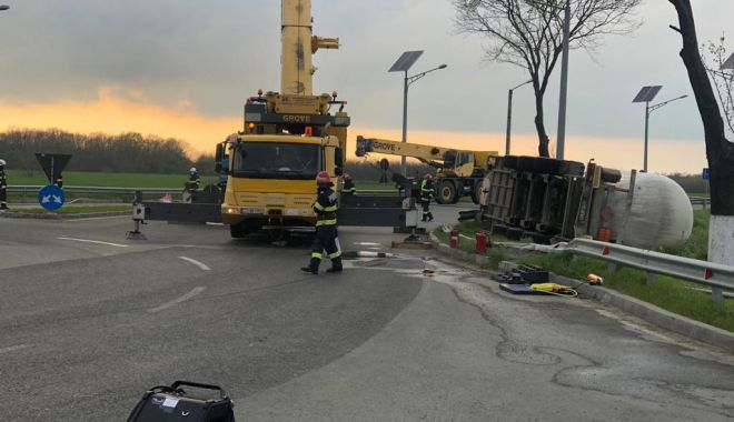 Cisternă plină cu combustibil, răsturnată în apropierea Aeroportului Mihail Kogălniceanu - cisterna3-1619545448.jpg