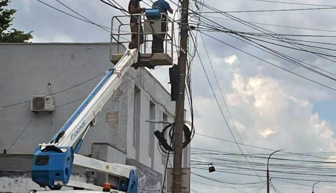 Primăria Mangalia a pus gând rău cablurilor de pe stâlpii şi clădirile din localitate - mangaliacabluri-1624466184.jpg