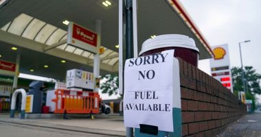 Marea Britanie suspendă legile concurenței pentru a permite benzinăriilor să se alimenteze