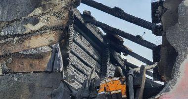 GALERIE FOTO. Casă distrusă de flăcări, în judeţul Constanţa