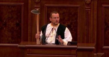 Un senator PSD a venit cu sapa în Parlament pentru a-l ironiza pe Klaus Iohannis, după ce președintele a recomandat golful