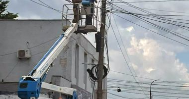 Primăria Mangalia a pus gând rău cablurilor de pe stâlpii şi clădirile din localitate