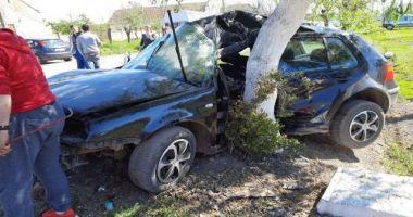 Tânăr în stare gravă după ce a intrat cu mașina intr-un pom