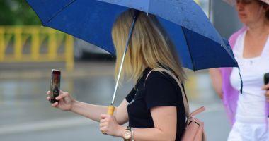 Noi AVERTIZĂRI de la meteorologi: PLOI abundente şi FURTUNI, la Constanţa